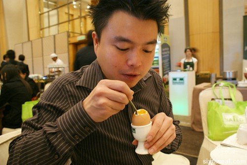 eating egg