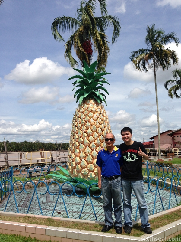 sarikei pineapple statue